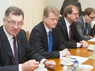PM Algirdas Butkevičius (left) and Rolandas Paksas (second left)