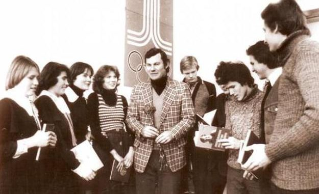 Modestas Paulauskas surrounded by Lithuanian students in the 1970s. Photo courtesy of klaipedoskrepsinis.lt.