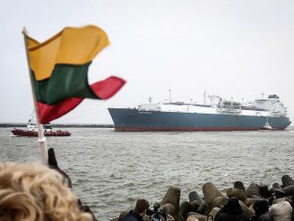 Lithuanians are greeting 'Independence' LNG floating facility entering Klaipėda port