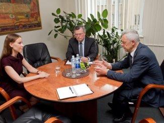 Agneta Lobačevskytė (left) in a meeting with Seimas ombudsmen Augustinas Normantas and Raimondas Šukys. Photo Vytautas Valentinavičius, Seimo kontrolierių įstaiga