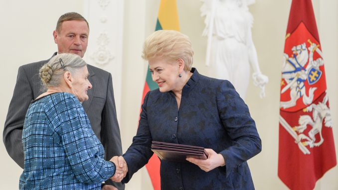 President Grybauskaitė presented 43 Lithuanians who rescued Jews during World War II with Life Saving Crosses
